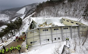 A collapsed resort building is seen in Gyeongju, South Korea, Tuesday, Feb. 18, 2014. The roof of the resort auditorium collapsed during a welcoming ceremony for South Korean university freshmen, killing nine and likely trapping about 10, officials said Tuesday. (AP Photo/Yonhap, Lee Jae-hyuck) KOREA OUT