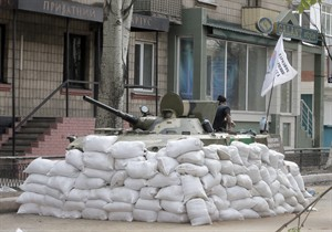 An airborne tank of pro-Russian insurgents take position in the center of Slovyansk, eastern Ukraine, Sunday, April 20, 2014. Pro-Russian insurgents defiantly refused to surrender their weapons or give up government buildings in eastern Ukraine, despite a diplomatic accord reached in Geneva and overtures from the government in Kiev. (AP Photo/Efrem Lukatsky)