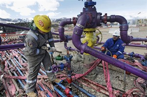 Workers tend to a well head at an Encana fracking gas well outside Rifle, in western Colorado March 29, 2013. THE CANADIAN PRESS/AP, Brennan Linsley