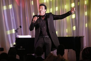 "Singer Lionel Richie performs ""Easy"" at a dinner hosted by President Barack Obama for the U.S. Africa Leaders Summit, on the South Lawn of the White House,Tuesday, Aug. 5, 2014. African heads of state are gathering in Washington for an unprecedented summit to promote business development. (AP Photo/Charles Dharapak)"