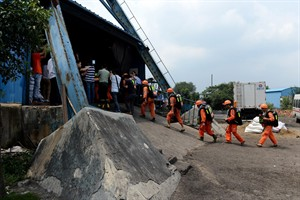 In this Aug. 19, 2014 photo, rescuers prepare to go into the Dongfang Coal Mine in Xiejiaji District of Huainan City, east China's Anhui Province, Tuesday, Aug. 19, 2014. An explosion Tuesday in the coal mine in eastern China trapped 27 workers underground, state media reported. (AP Photo/Xinhua, Zhang Duan) NO SALES