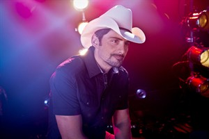 "American country singer-songwriter and musician Brad Paisley poses for a portrait, Thursday, Aug. 28, 2014, in New York. Paisley cranks up the fun and avoids controversy on his new album ""Moonshine in the Trunk."" (Photo by Amy Sussman/Invision/AP)"