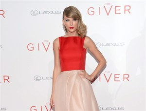 "Taylor Swift arrives at New York premiere of ""The Giver"" at the Zeigfeld Theater on Monday, Aug. 11, 2014, in New York. (Photo by Evan Agostini/Invision/AP)"