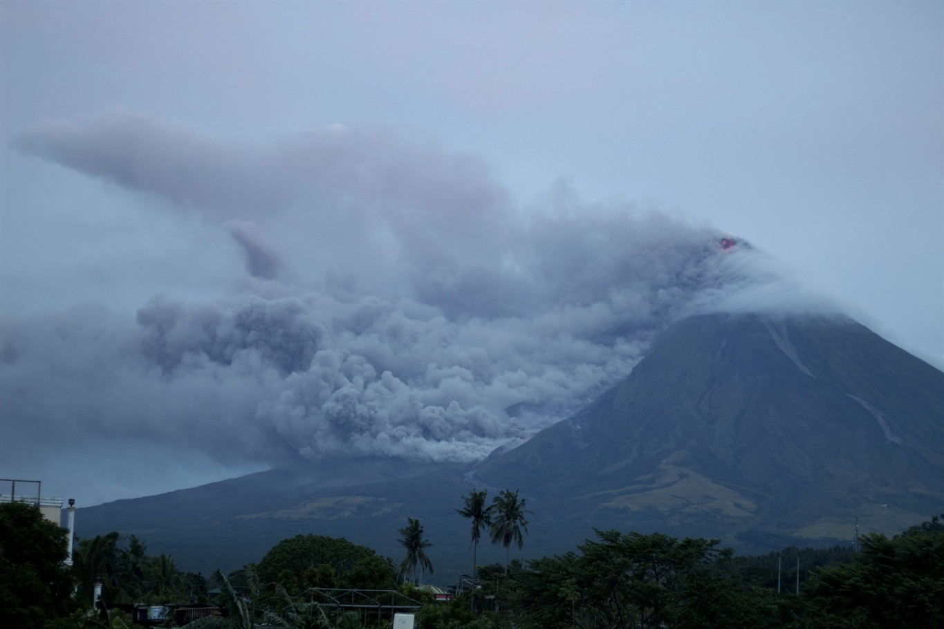 Thousands flee rumbling Mayon Volcano