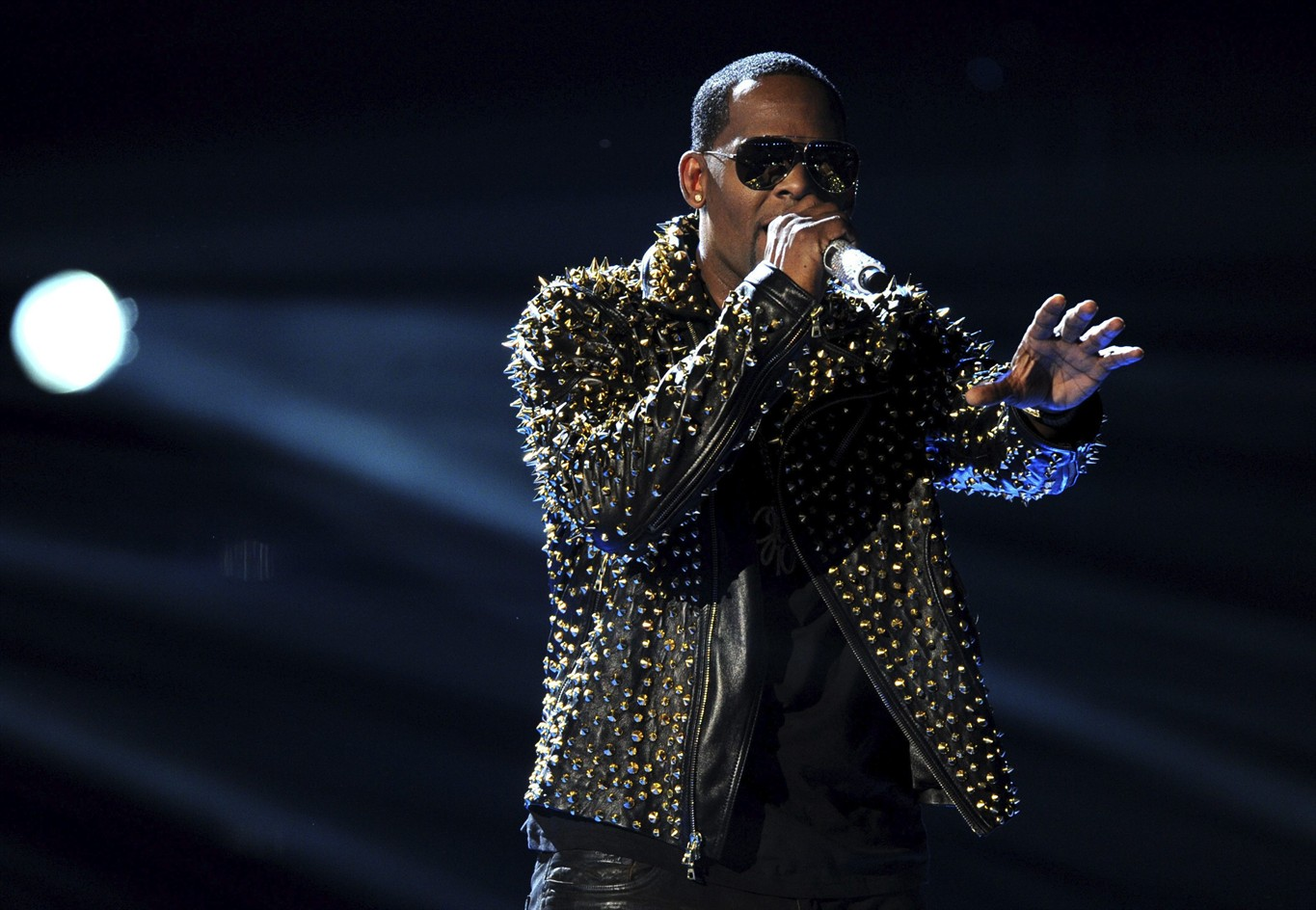 R Kelly to perform in Greensboro and Raleigh this weekend